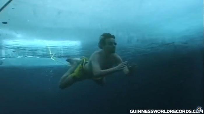 Wim Hof zwemt 60 meter onder het ijs