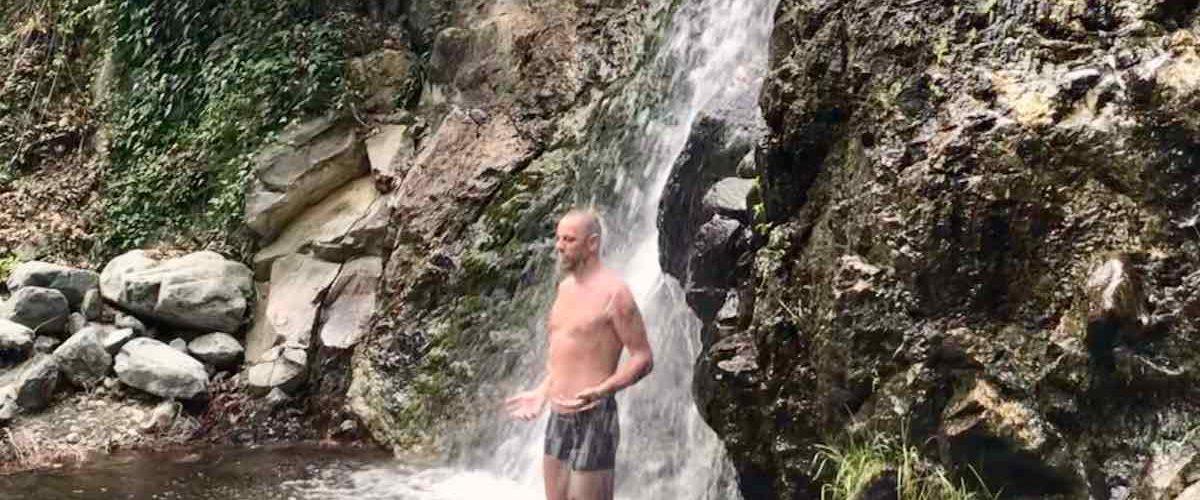 Dominique Stulens koude douche in natuur
